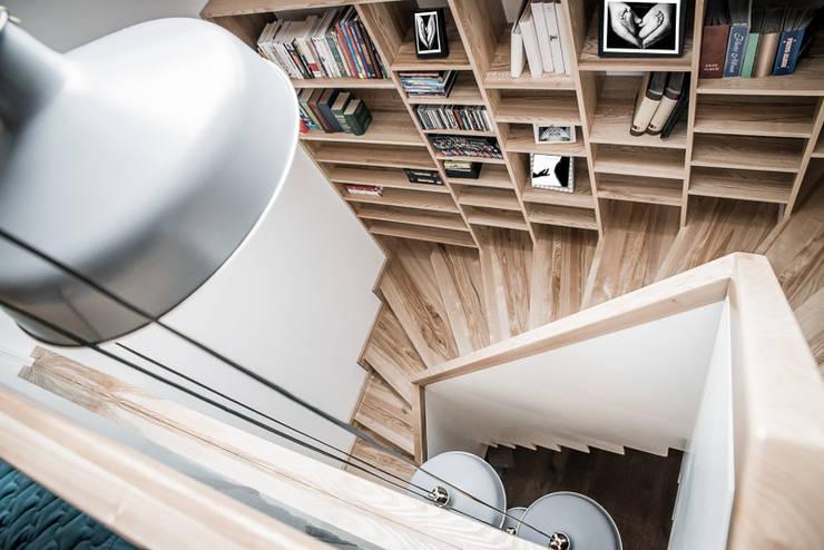 Wysoki drewniany regał : styl , w kategorii Korytarz, hol i schody zaprojektowany przez grupa KMK sp. z o.o