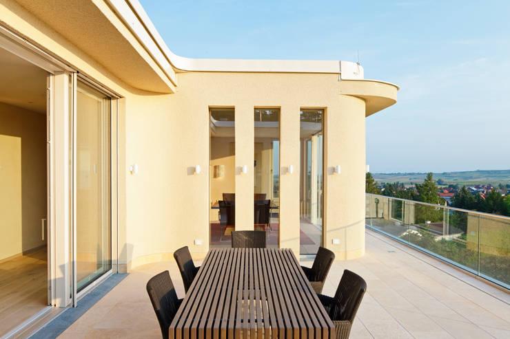 Haus GF:  Balkon, Veranda & Terrasse von t-hoch-n Architektur