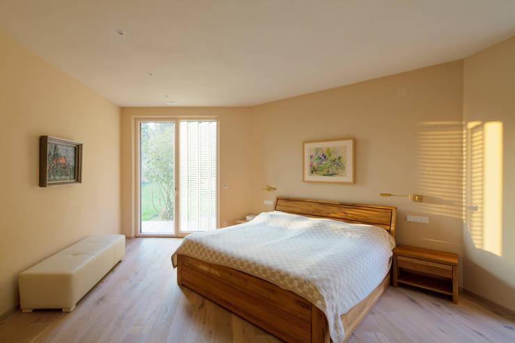 Haus GF:  Schlafzimmer von t-hoch-n Architektur