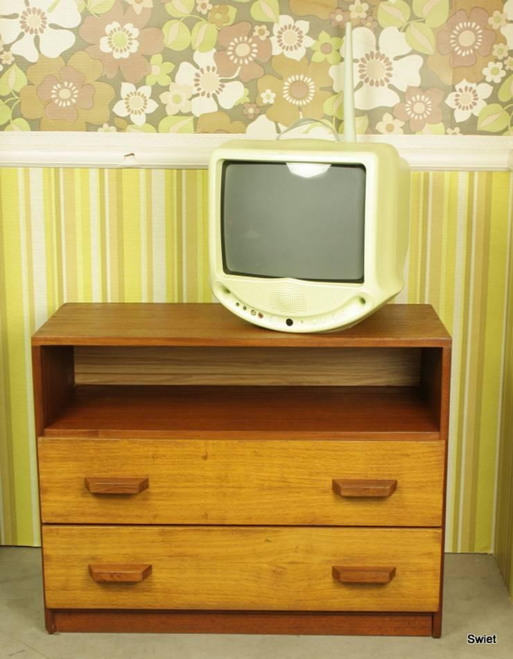 vintage meubels: modern  door Swiet, Modern