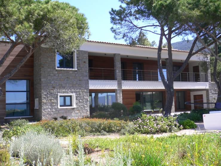 Villa pied dans l'eau: Maisons de style de style Moderne par Véronique Desmit