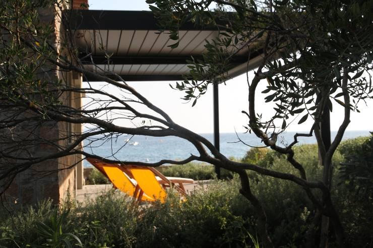 Villa pied dans l'eau: Terrasse de style  par Véronique Desmit