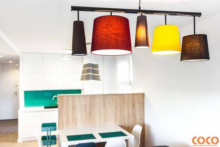 Lazurowe mieszkanie: styl , w kategorii Jadalnia zaprojektowany przez COCO Pracownia projektowania wnętrz