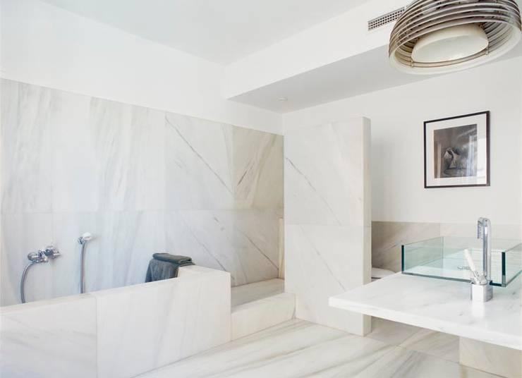 Desengaño: Baños de estilo  de Maroto e Ibañez Arquitectos