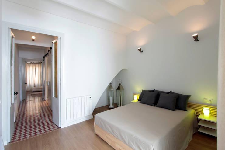 PISO TORRENT MATARÓ: Dormitorios de estilo mediterráneo de Lara Pujol     Interiorismo & Proyectos de diseño