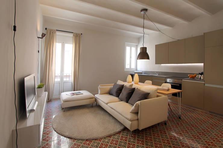 PISO TORRENT MATARÓ: Salones de estilo moderno de Lara Pujol     Interiorismo & Proyectos de diseño