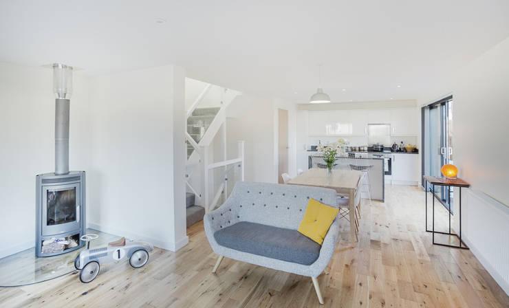 Salas de estilo  por Adam Knibb Architects