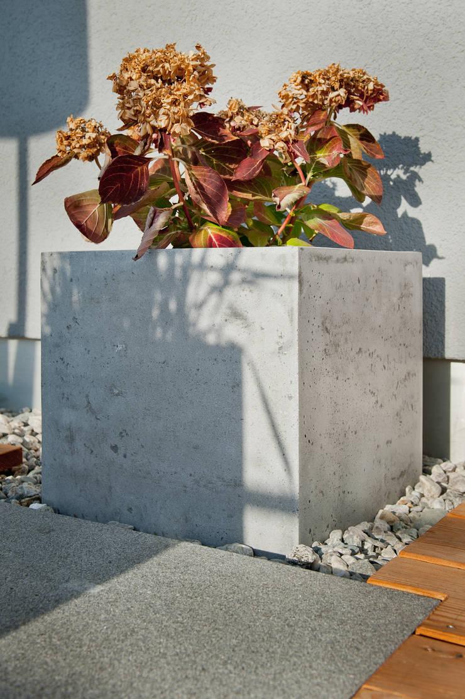 blumenkübel beton und sandstein: industrialer garten von plantershop
