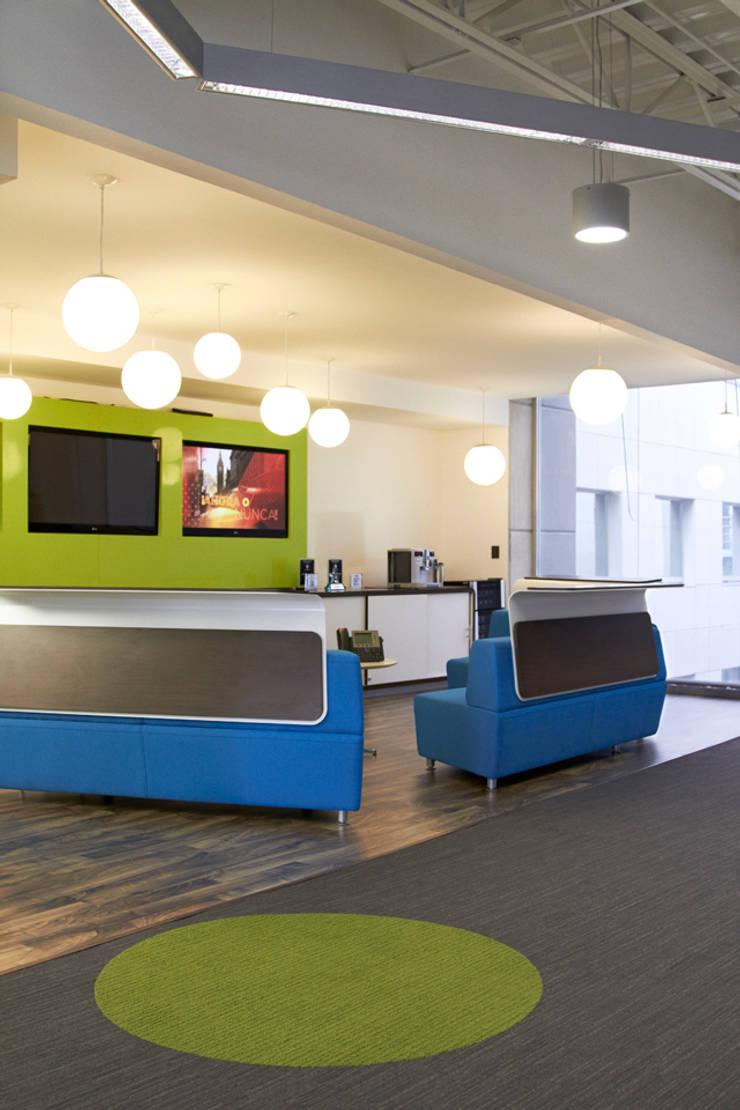 Sala lounge. Media-scape: Oficinas y tiendas de estilo  por Oxígeno Arquitectura