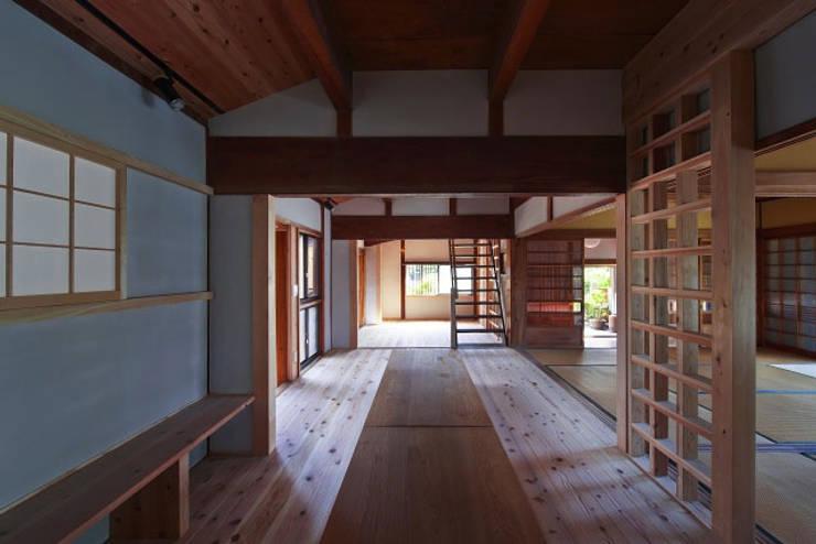 居間・納戸(After)/photo:Tada Yuko: 田村真一建築設計事務所が手掛けたクラシックです。,クラシック