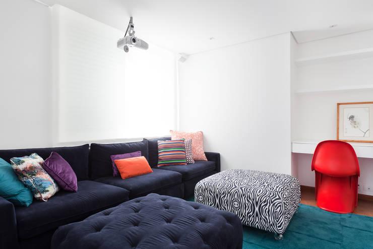 Projeto Amauri: Salas de estar modernas por Suite Arquitetos