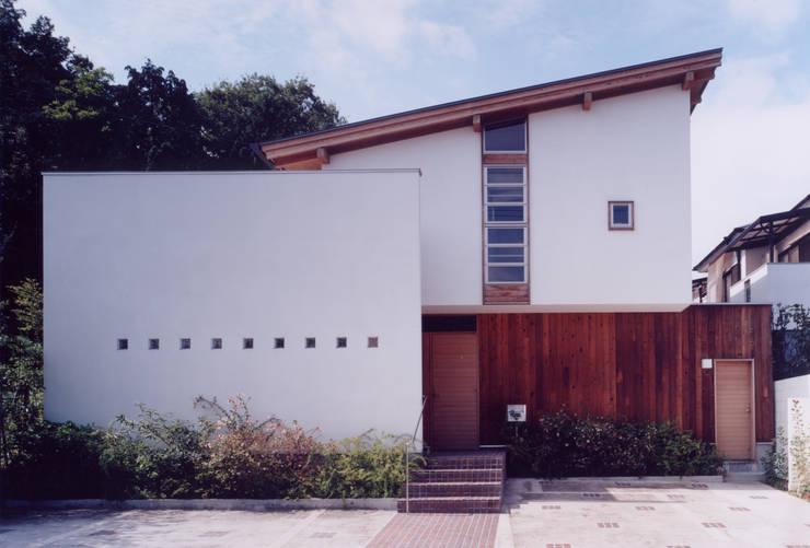 正面玄関: ARKSTUDIO一級建築士事務所が手掛けた家です。