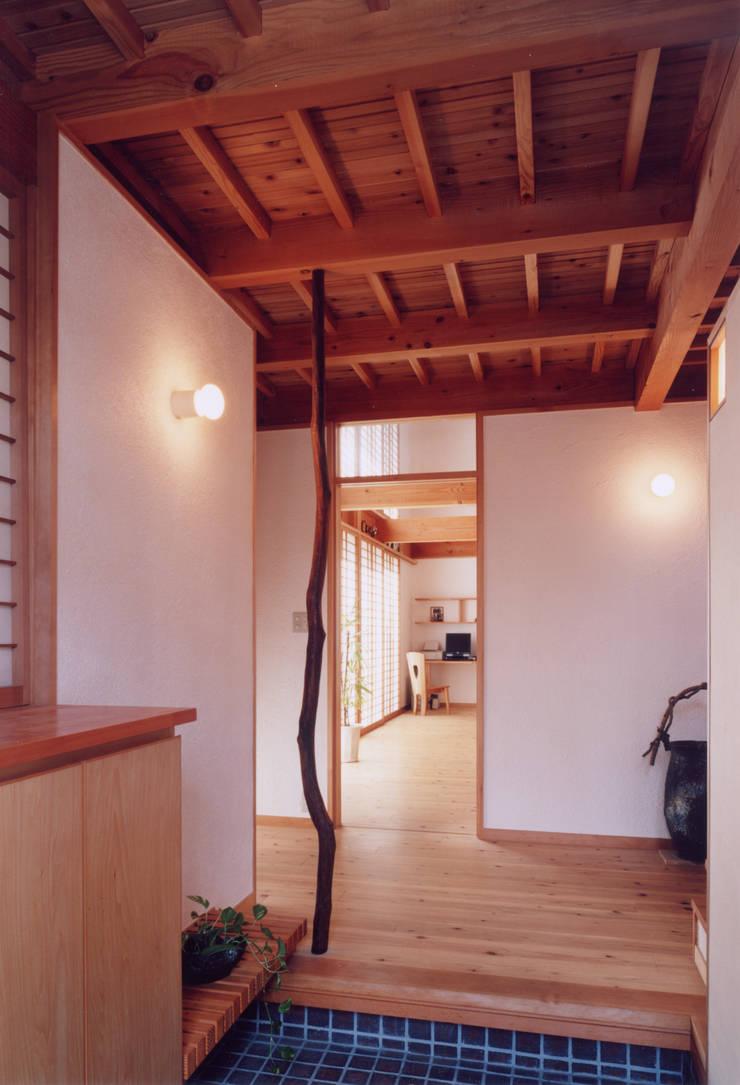 玄関ホールから居間を見る: ARKSTUDIO一級建築士事務所が手掛けた廊下 & 玄関です。