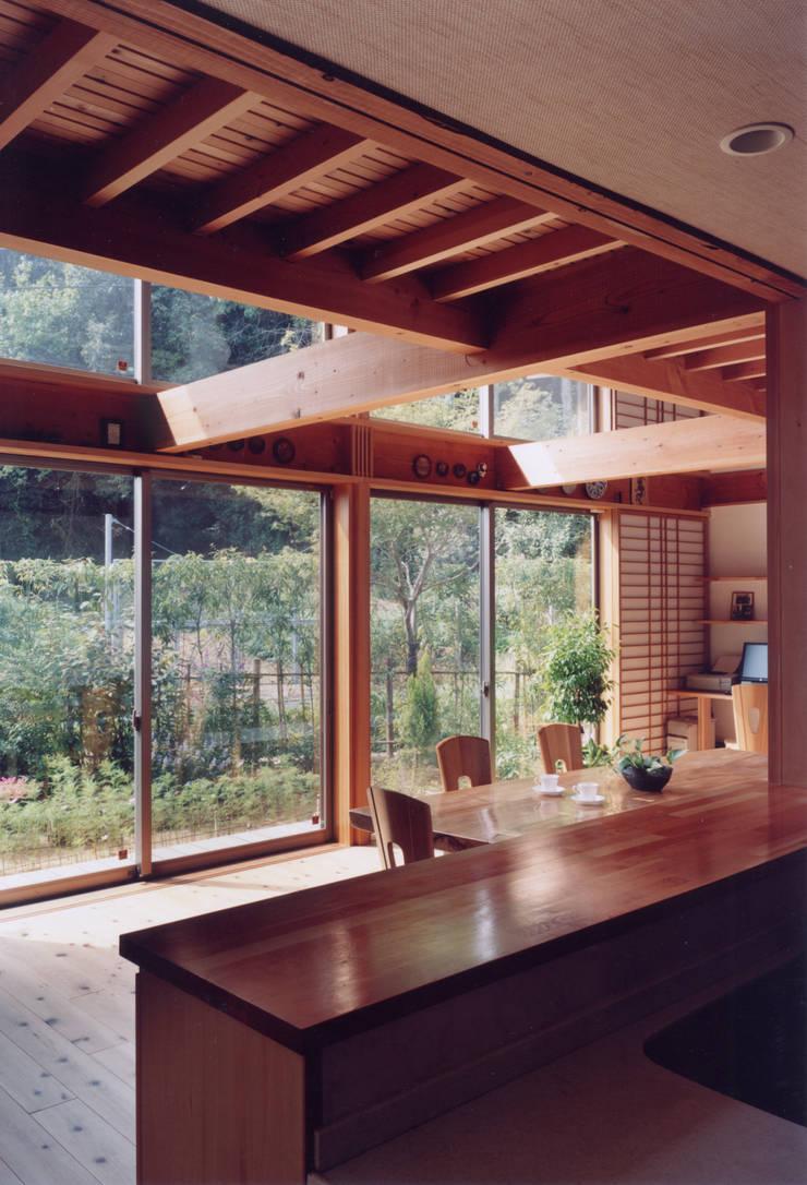 キッチンから居間を見る: ARKSTUDIO一級建築士事務所が手掛けたリビングです。