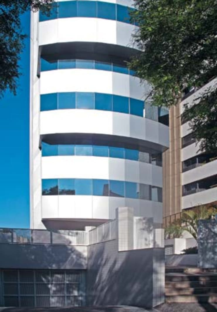 VISTA PARCIAL SAMMARONE OFFICES: Edifícios comerciais  por Douglas Piccolo Arquitetura e Planejamento Visual LTDA.