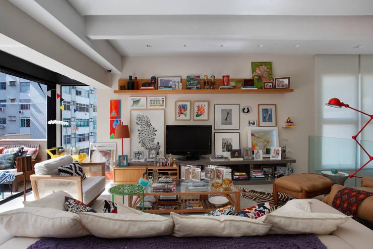 Cobertura Leblon : Salas de estar ecléticas por Escala Arquitetura