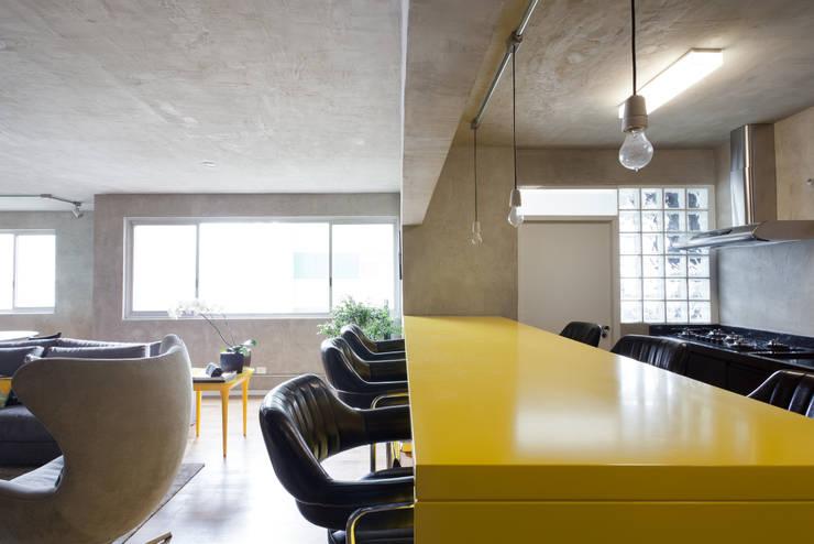 Projekty,  Kuchnia zaprojektowane przez Suite Arquitetos