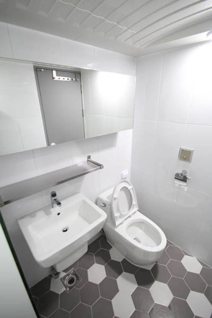 부부욕실 내부 인테리어: STORY ON INTERIOR의  욕실