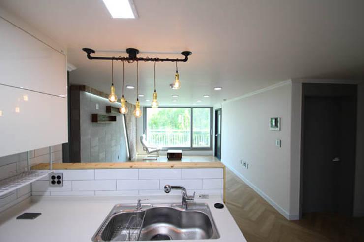 24평 아파트 내부 전경: STORY ON INTERIOR의  주방