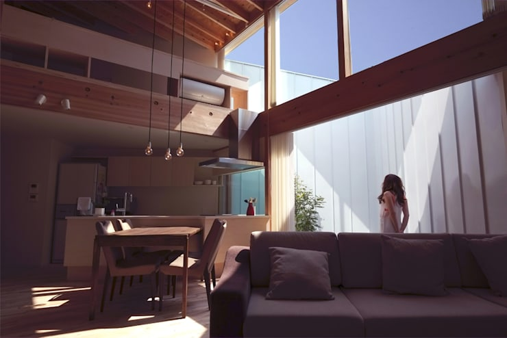 seep out: 建築設計事務所SAI工房が手掛けたリビングです。