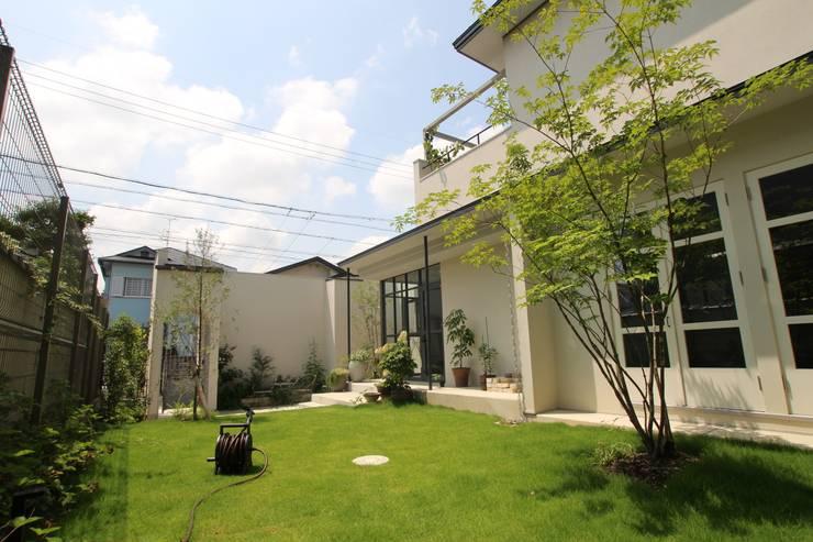 Antique Gate House: Sakurayama-Architect-Designが手掛けた庭です。