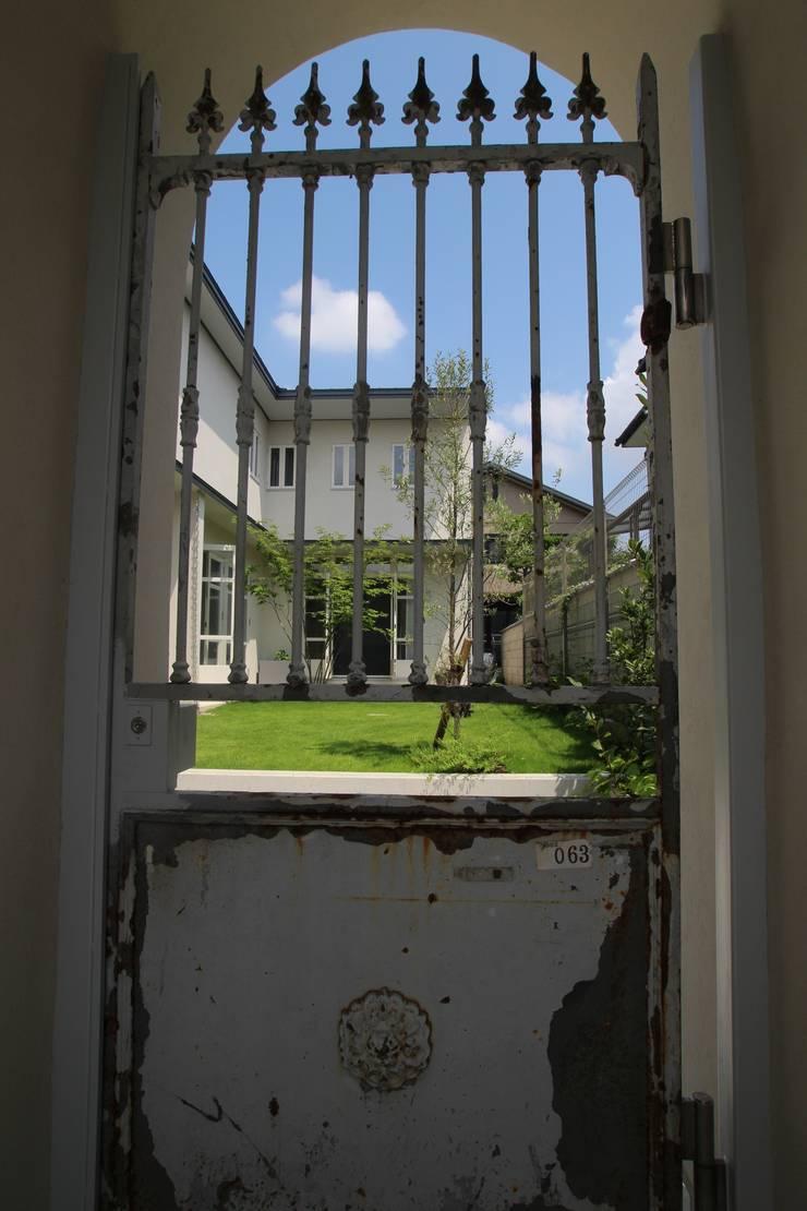 Antique Gate House: Sakurayama-Architect-Designが手掛けた窓です。