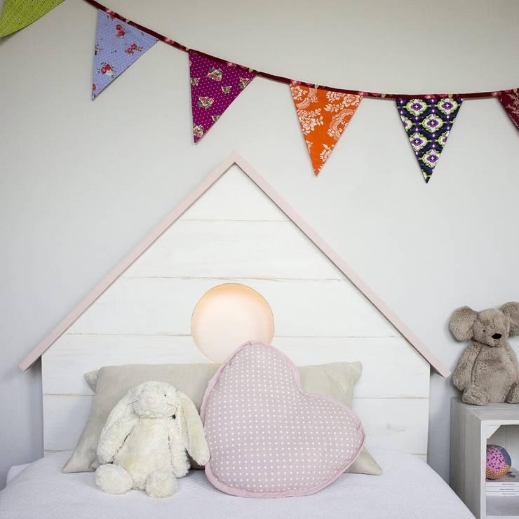 Cabecero infantil con forma de casita y luz en su interior: Dormitorios de estilo mediterráneo de HAPPY HOME BARCELONA