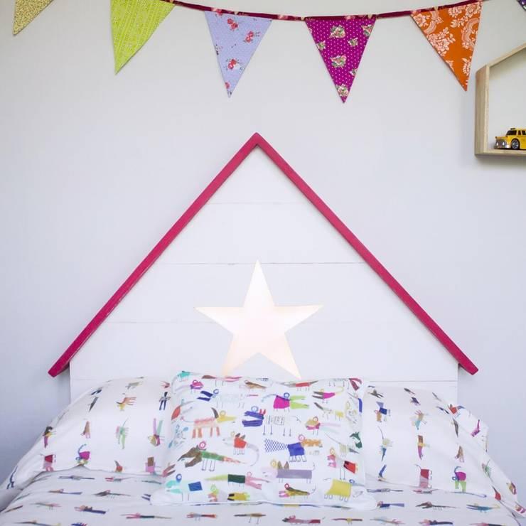 Cabecero infantil con forma de casita y luz en su interior: Dormitorios de estilo  de HAPPY HOME BARCELONA