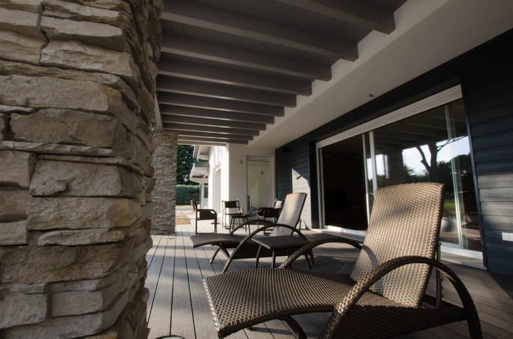 Balcones y terrazas de estilo  de Biohaus