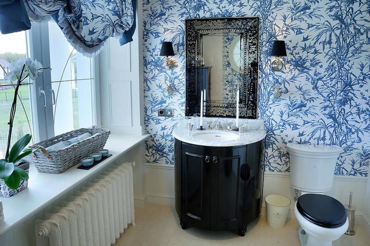 Casas de banho clássicas por DecorAndDesign