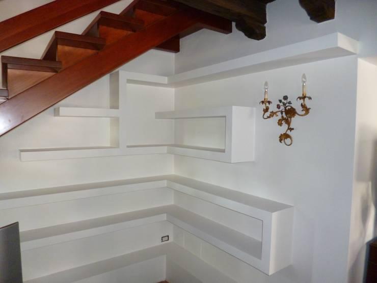 libreria in cartongesso: Ingresso, Corridoio & Scale in stile  di Dipinture Valeri snc