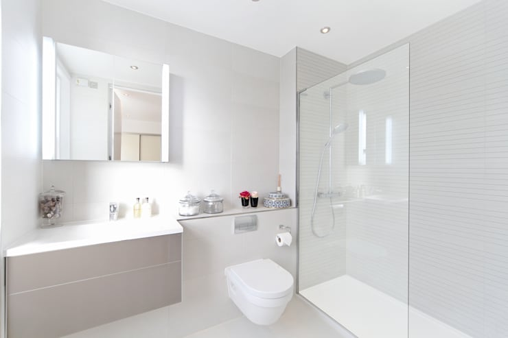 City appartment:  Bathroom by Hampstead Design Hub