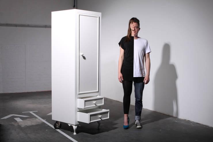 split personality closet:  Wohnzimmer von PYG®