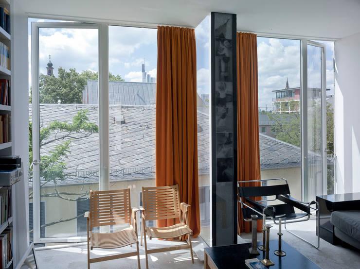 Wohnraum / Dachgeschoß:  Fenster & Tür von Marie-Theres Deutsch Architekten BDA