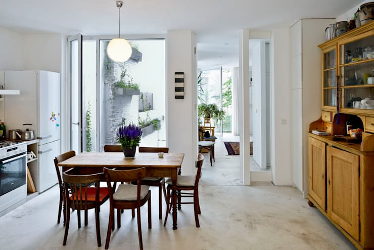 Dining room by Marie-Theres Deutsch Architekten BDA