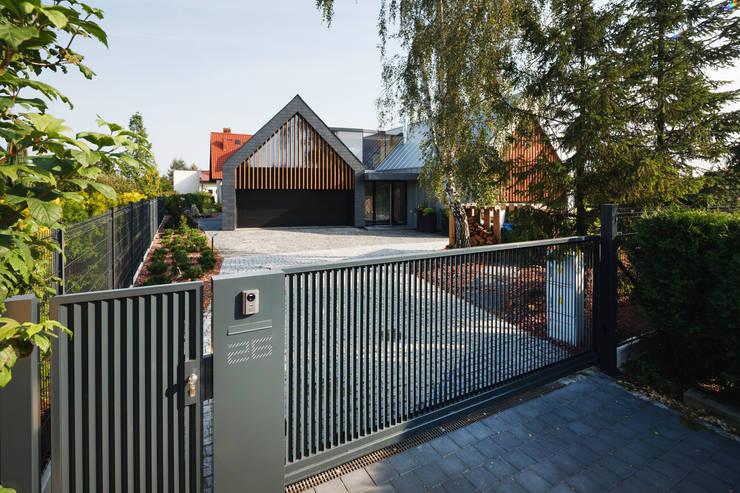 TWO BARNS HOUSE : styl , w kategorii Domy zaprojektowany przez RS+ Robert Skitek