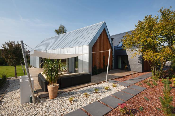 TWO BARNS HOUSE : styl nowoczesne, w kategorii Domy zaprojektowany przez RS+ Robert Skitek