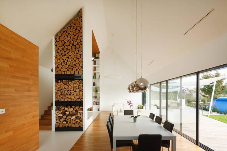 TWO BARNS HOUSE : styl , w kategorii Jadalnia zaprojektowany przez RS+ Robert Skitek