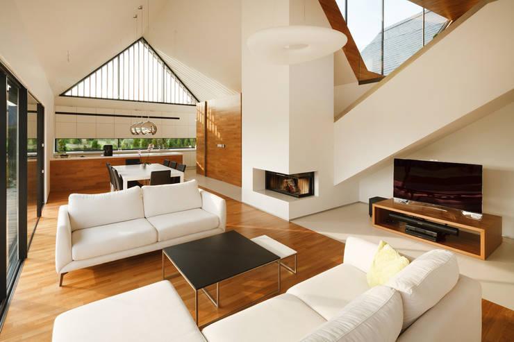 TWO BARNS HOUSE : styl , w kategorii Salon zaprojektowany przez RS+ Robert Skitek