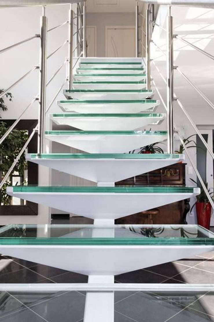 Escaliers en verre: Couloir, entrée, escaliers de style  par Amibois
