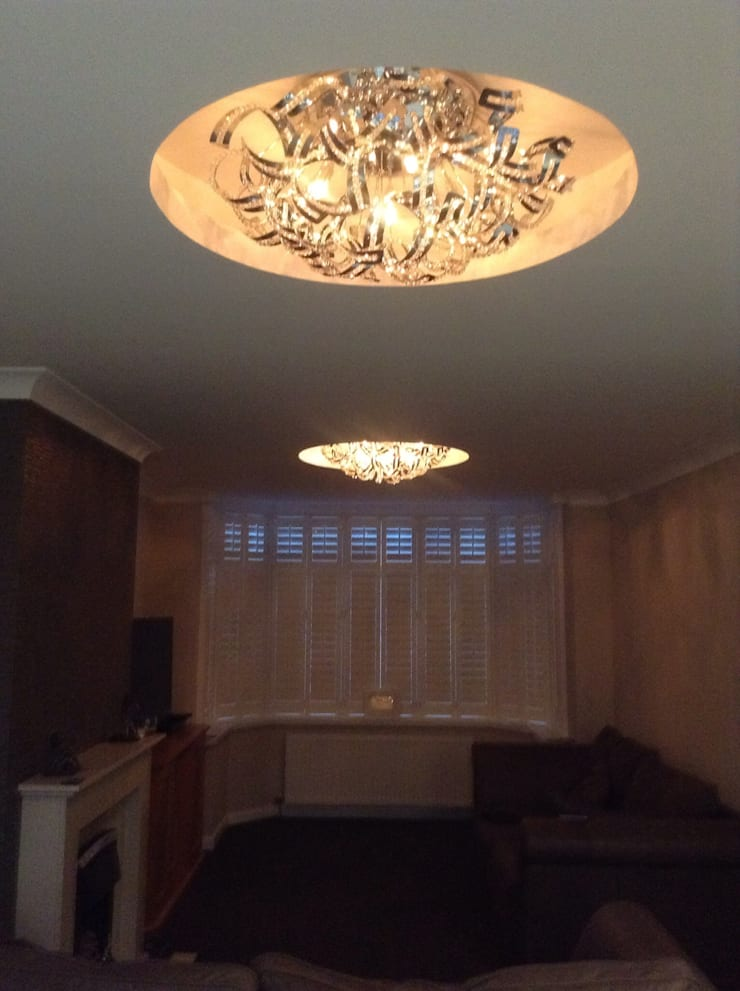 Ceiling with circles built in:  Living room by Lancashire design ceilings