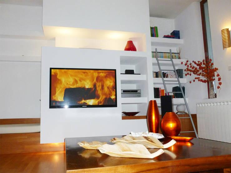 Casa m+l: Soggiorno in stile  di Laura Marini Architetto
