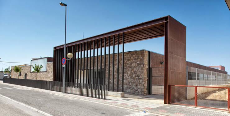 Escuela de educación infantil y primaria:  de estilo  de Estudio ARQ Jala - Moreno