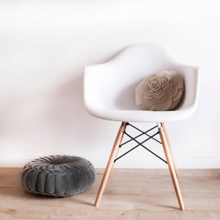Silla DAW style: Baños de estilo  de Decoratualma