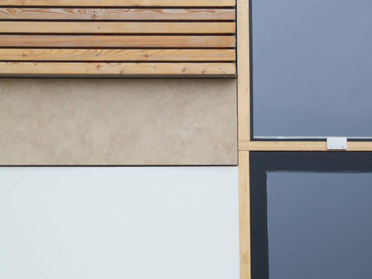 Dom nad jeziorem pod Olsztynem: styl , w kategorii Ściany i podłogi zaprojektowany przez CAA ARCHITEKCI