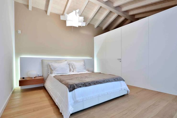 Villa in legno: Camera da letto in stile  di Marlegno