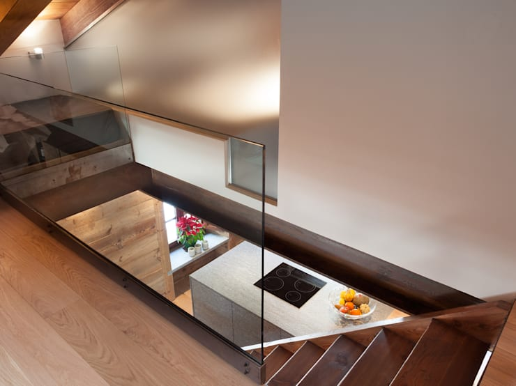 UN CALDO CHALET DI  DESIGN : Ingresso & Corridoio in stile  di archstudiodesign