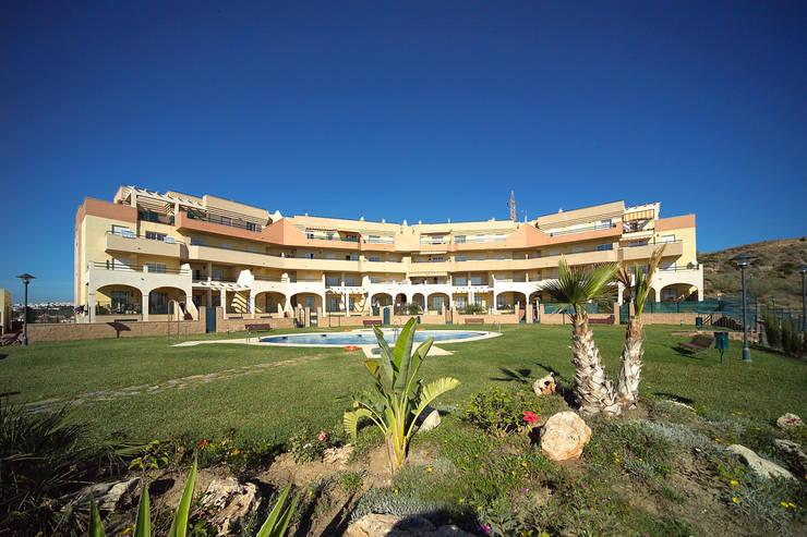 Parque Residencial Bezmiliana:  de estilo  de santacruz y asociados estudio de arquitectura