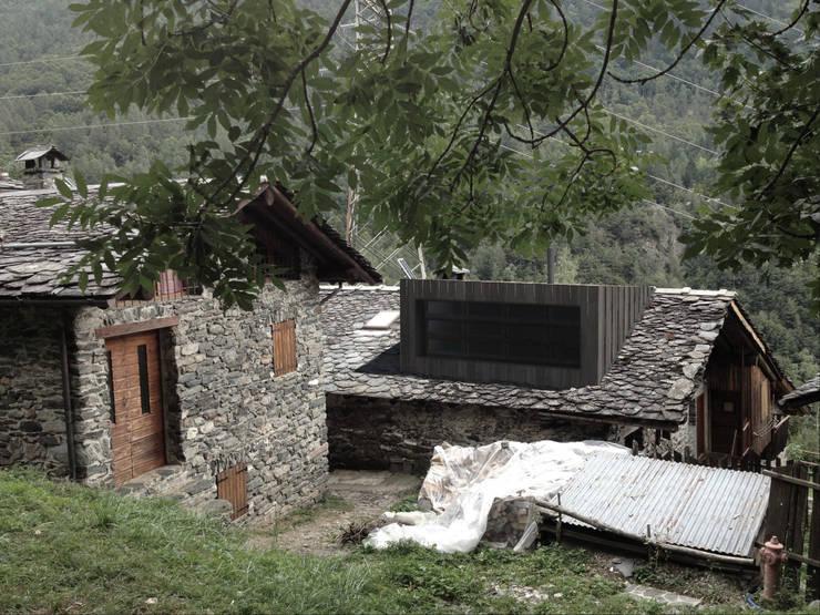 MASLANA HOUSE: Case in stile  di Dotti Pasini architetti srl