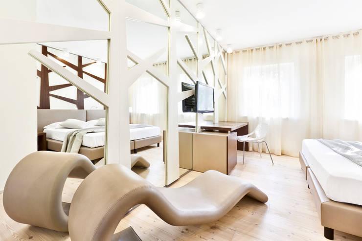 Garden rooms <q>il bosco del Cadelach</q>: Hotel in stile  di Studio di Architettura Daniele Menichini